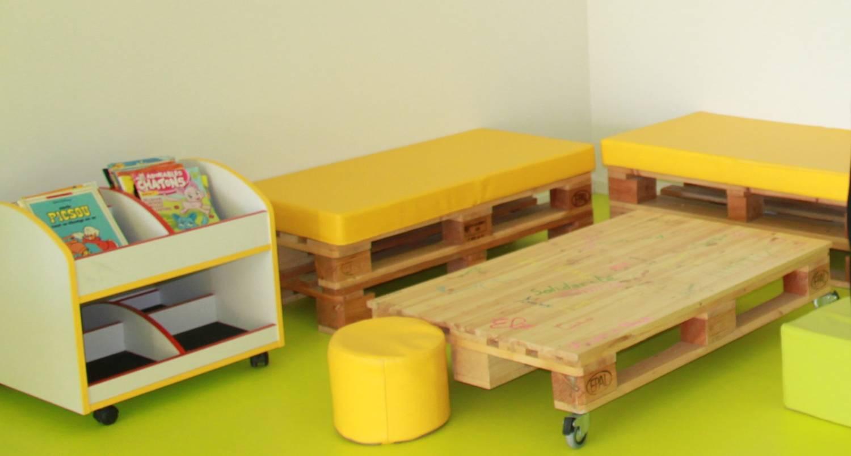 Banquette et table basse réalisées avec des palettes par les primaires